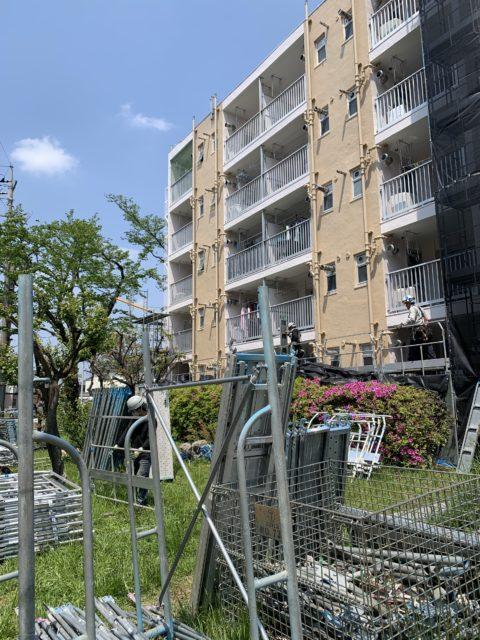 最近、凄く暑くなりましたね!熱中症には気をつけ、頑張りましょう!町田の団地足場解体になります!安全第一で!!